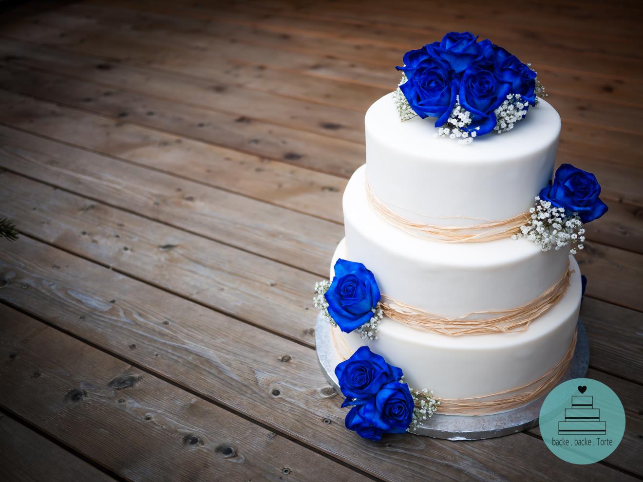 Hochzeitstorte . 3 Stöcke . blaue Rosen . Motivtorte .
